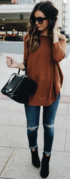 green long sweater with ripped skinny jeans and suede shoes