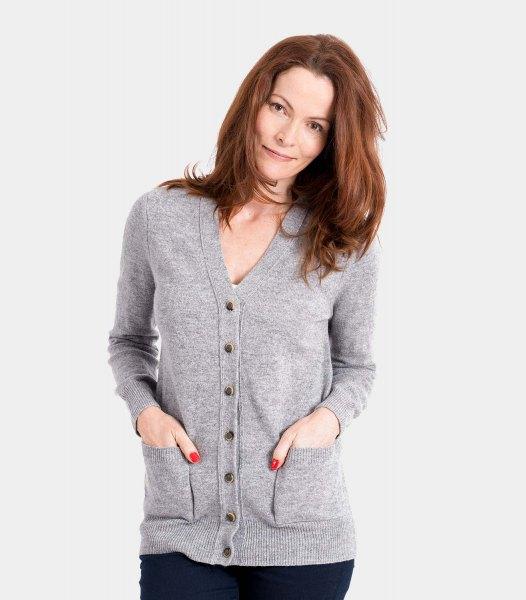 gray v-neck cardigan with black skinny jeans