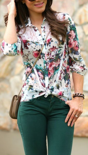 white knotted floral blouse with dark gray skinny jeans