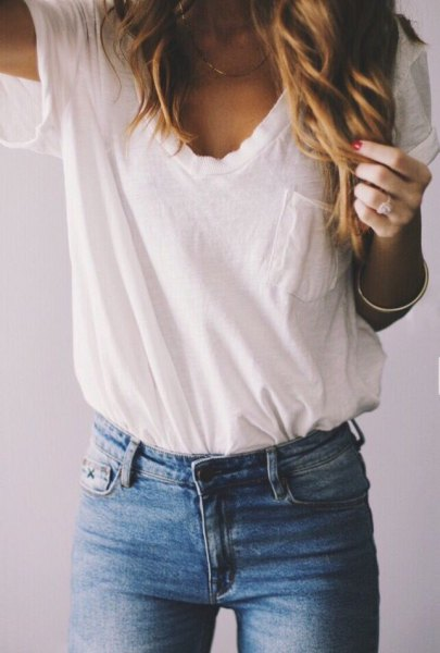 white pocket tee with blue skinny jeans