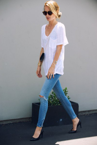 white oversized t-shirt with v-neck with light blue ripped skinny jeans