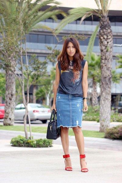 gray sleeveless print shirt with ripped denim skirt