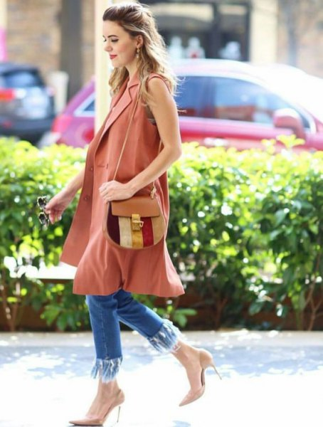 camel sleeveless long jacket with blue skinny fringed jeans