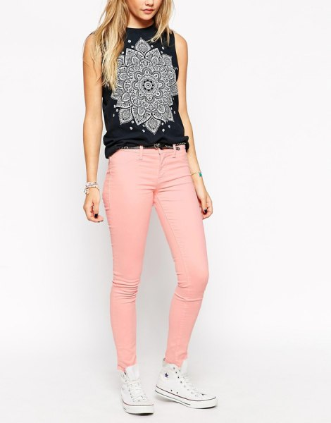 white sleeveless printed sleeveless top with pink skinny jeans