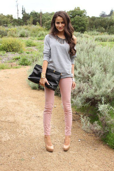 gray comfy sweater with pink skinny jeans