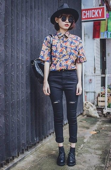 navy and red short sleeve printed vintage shirt with black skinny jeans
