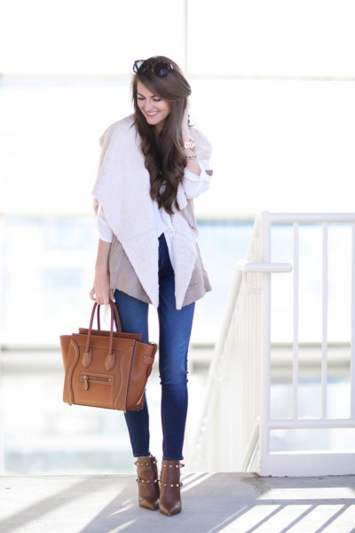 blue skinny jeans and brown leather bag