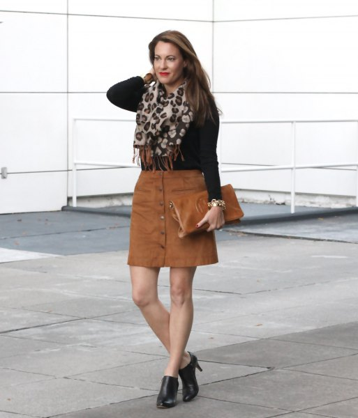 knitted sweater in black shape with brown mini skirt
