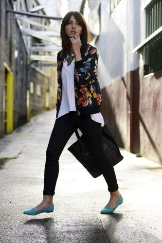black floral cotton jacket with white linen top and skinny jeans