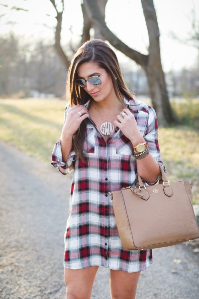 burgundy and white plaid tunic with pink leather bag