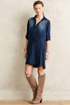 dark blue half-heated tunic with camel-high knee-high boots