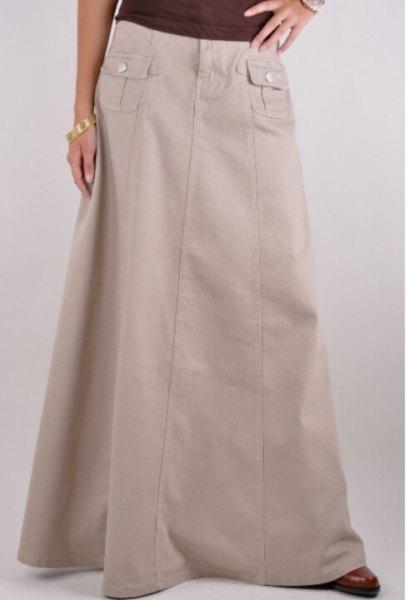 light gray lightweight khaki skirt with black tee