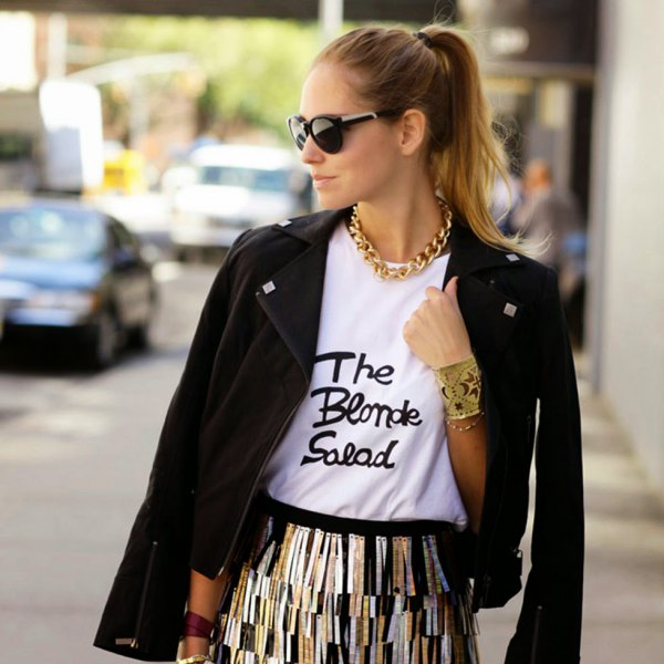 white print tee with gold chain necklace black blazer