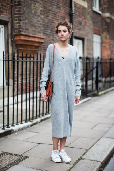 gray maxi knitted dress in v-neck with white sneakers