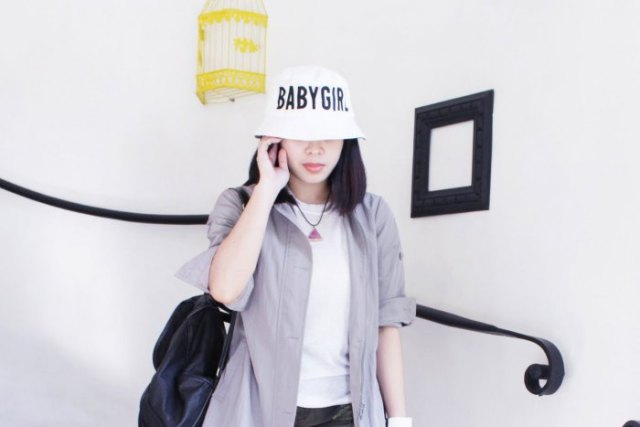 white bucket hat with gray boyfriend shirt and jeans