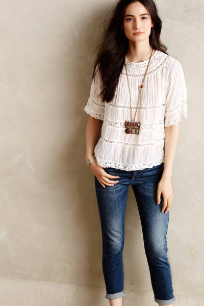white top with dark blue cuffed skinny jeans