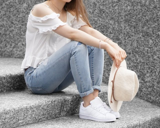 white ruffle cold shoulder top light blue skinny jeans