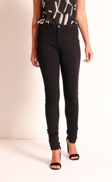black and white printed sleeveless top skinny pants