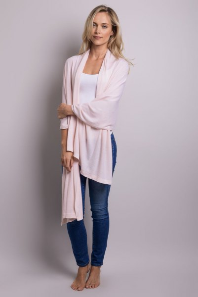 long wrap white tee blue skinny jeans