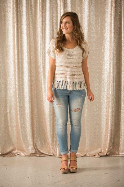 white crocheted short sleeves top light blue skinny jeans