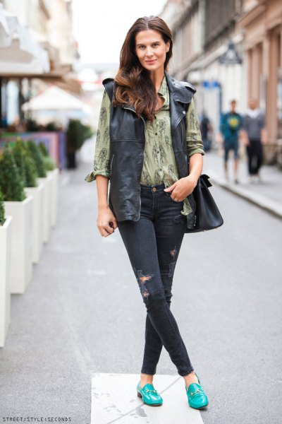 green printed skinny jeans outfit