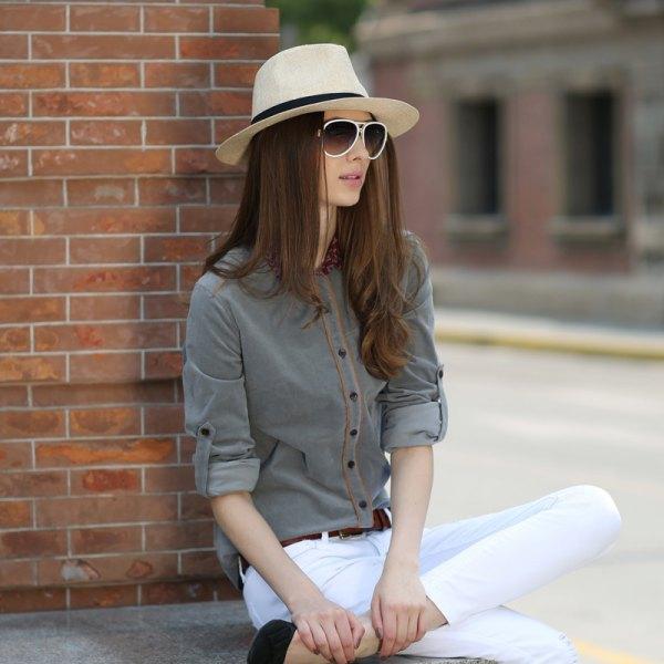 gray shirt white skinny jeans straw hat