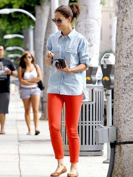 red skinny jeans chambray boyfriend shirt