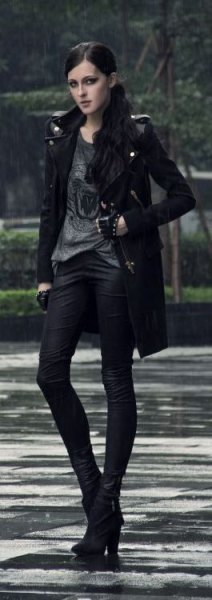 gray print tee black skinny jeans