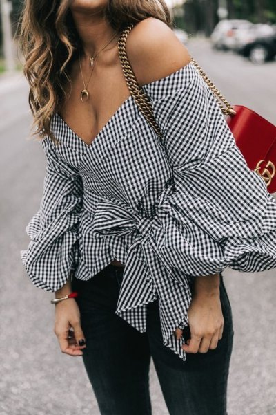black and white plaid belt made of shoulder blouse jeans
