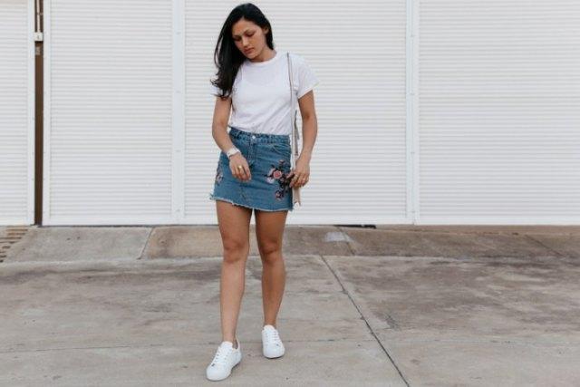 embroidered denim skirt white t-shirt sneakers