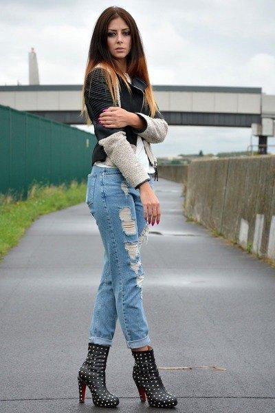 studded heels cuffed boyfriend jeans