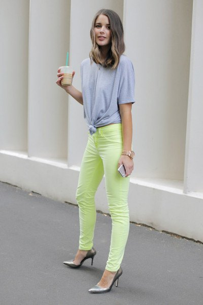 knotted big gray t-shirt yellow jeans