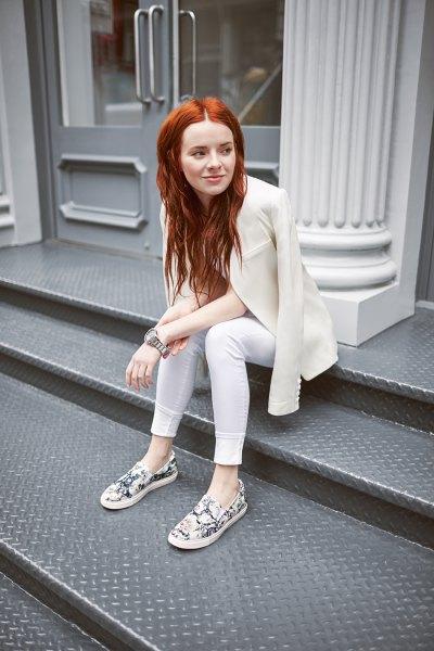 white skinny jeans cream blazer sneakers