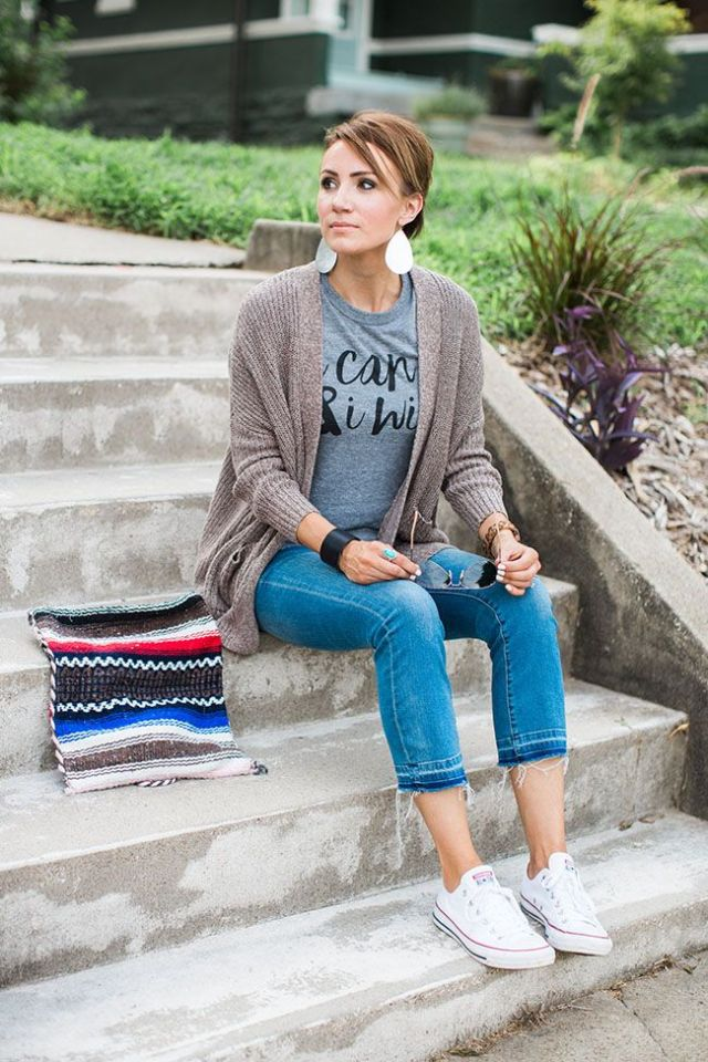 cardigan t shirt capri jeans vita sneakers