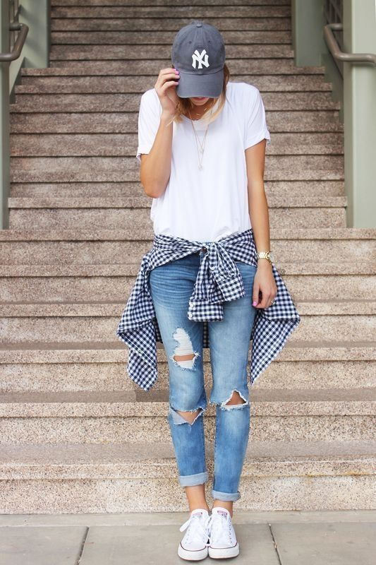 Women's Casual Style // jeans, white t-shirt, baseball cap, dad .