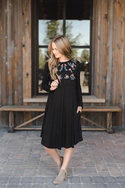 THE OLIVIA EMBROIDERED DRESS IN BLACK DAS OLIVIA BESTICKTE KLEID .