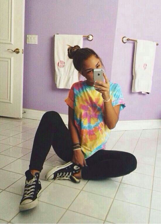 Tie dye, leggings, and converse. Simple cute summer outfit .