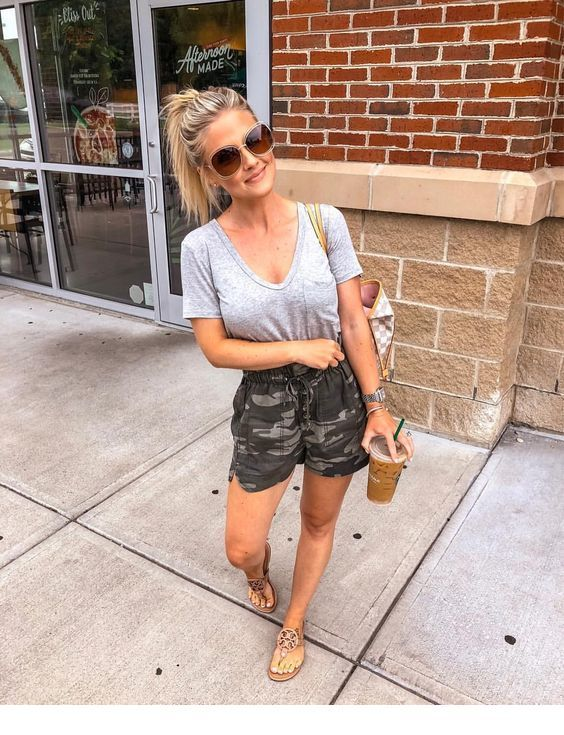 Summer outfit with camouflage shorts | Summer outfits for moms .