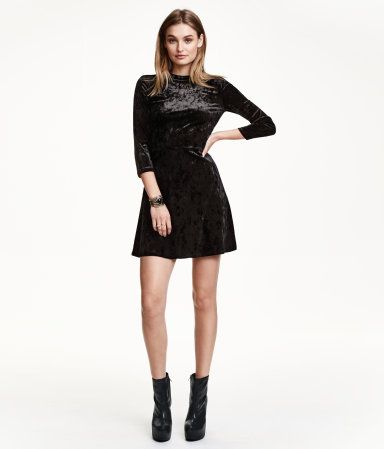 Short dress in crushed velvet with a low stand-up collar. Long .