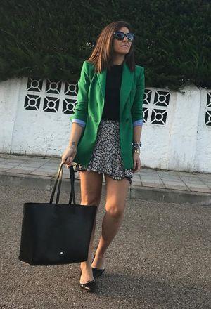 combine dark green blazer with black bag | Chicisi