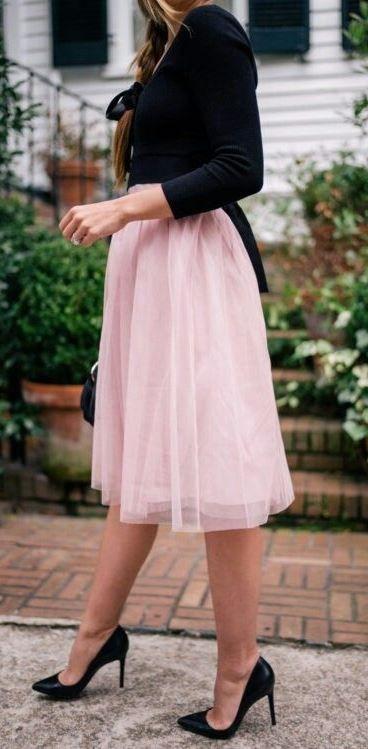 how to wear a blush skirt: black top + bag + heels   Trending .