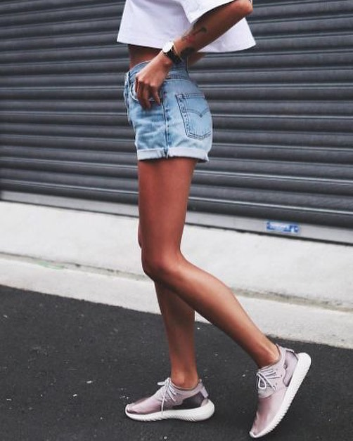 How To Wear Blush Sneakers With Blue Denim Shorts And White Crop .