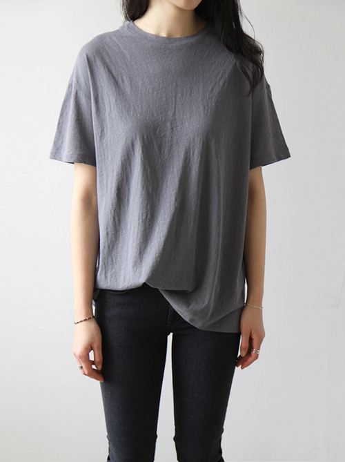 street style / keep it simple oversized tee + black skinny jeans .