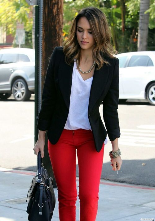 Nice causal, but elegant with the necklace and the blazer. Love .