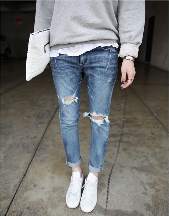 Ripped jeans and a pair of sneakers. #sneakerstyle (With images .