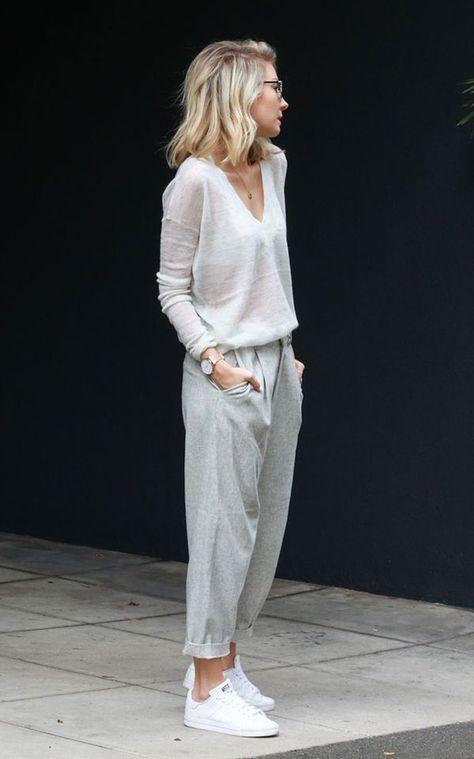 Street style bege com skinny scarf, maxi casaco e tênis. Selected .