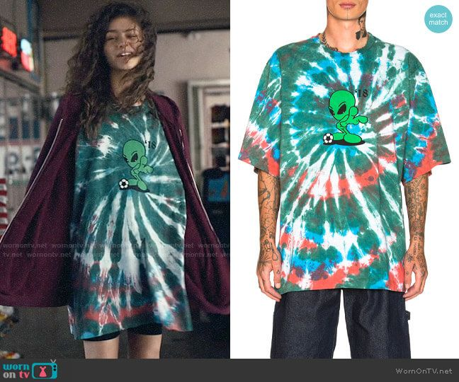 Rue's tie dye alien oversized t-shirt on Euphoria in 2020 .