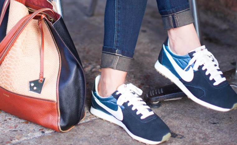5 Tips on Wearing Sneakers with Jeans & Skir