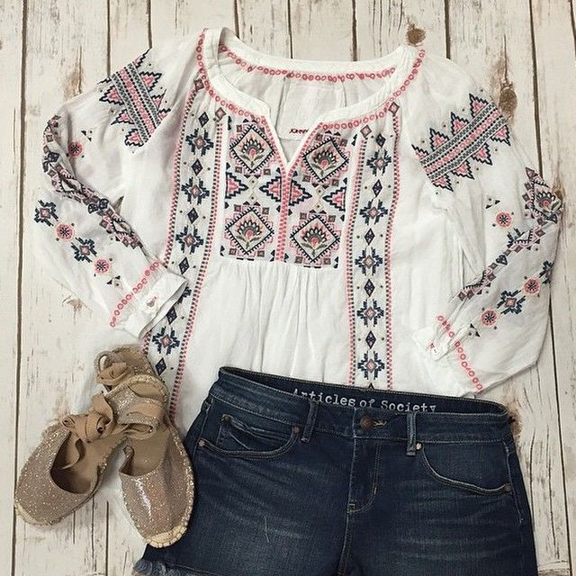 Boho Chic Embroidered Peasant Blouse / Via Instagram .