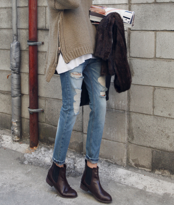 Distressed denim, zipper sweater and ankle boots. | Lässige .